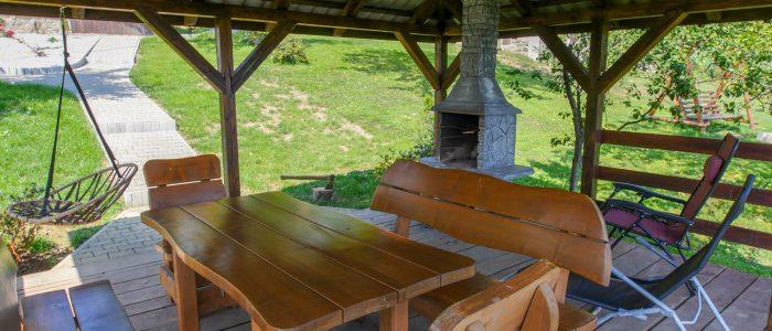 Drewniana altanka z grillem w ogrodzie Domki Apartamenty Simonka